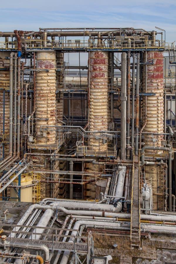 Torres de destilação em uma refinaria de petróleo fotografia de stock