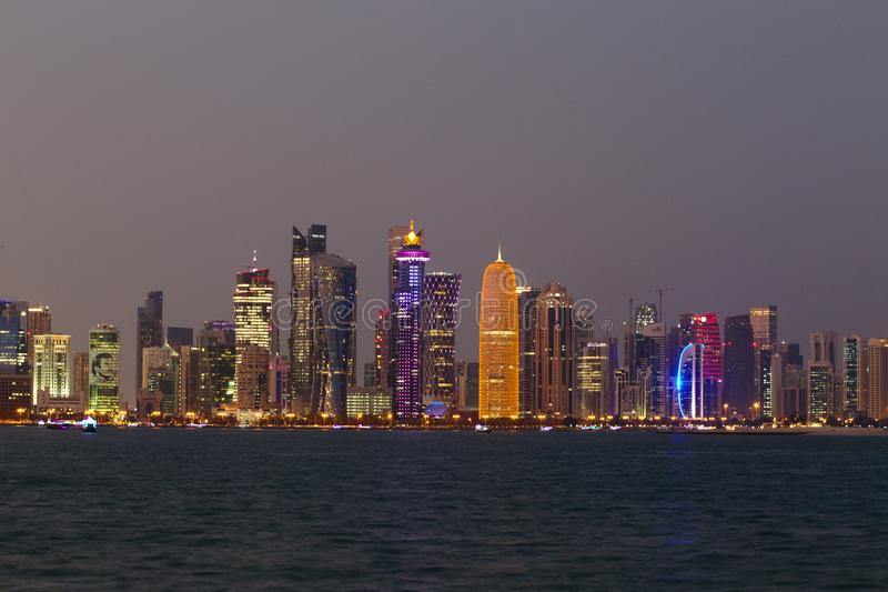 Torres de Doha con el retrato del emir foto de archivo libre de regalías