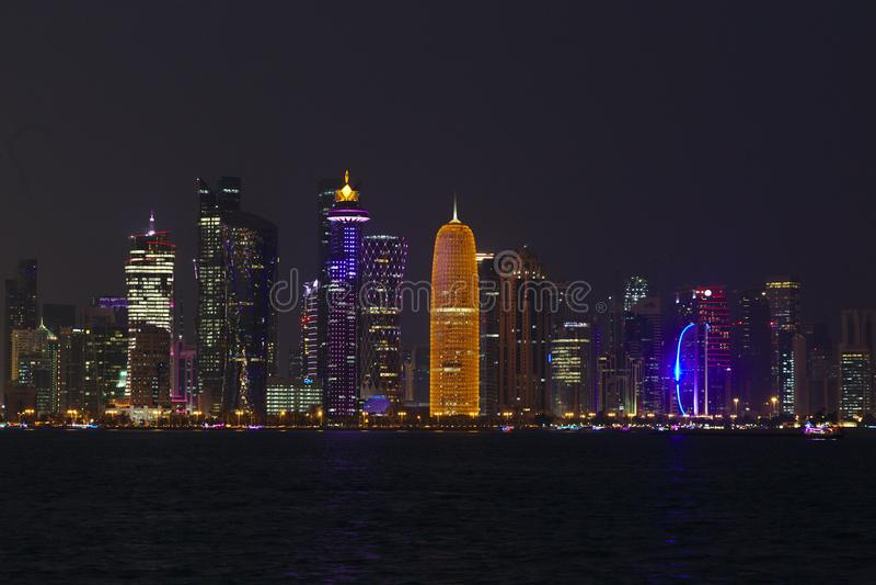 Torres de Doha en la noche imagen de archivo libre de regalías