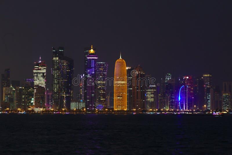 Torres de Doha na noite imagem de stock royalty free