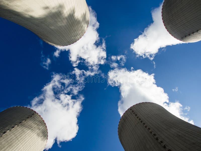 Torres de enfriamiento imagen de archivo