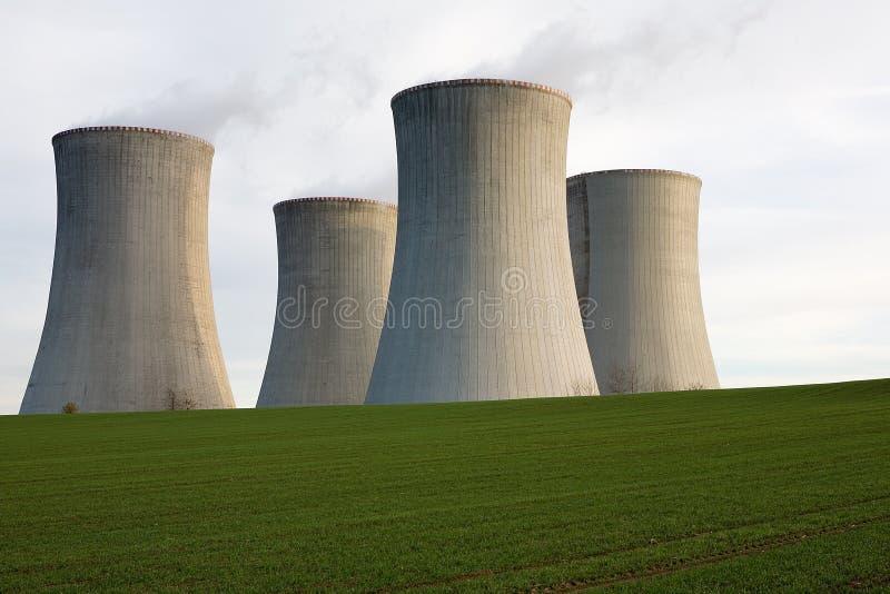 Torres de enfriamiento de la energía atómica imagen de archivo libre de regalías