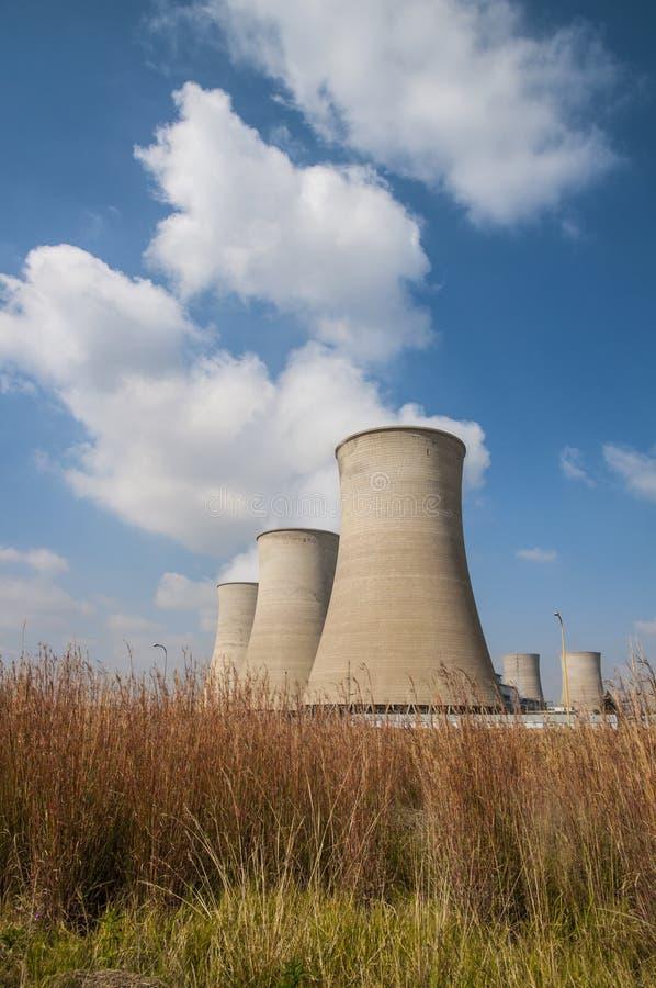 Torres de enfriamiento de una central eléctrica fotos de archivo libres de regalías