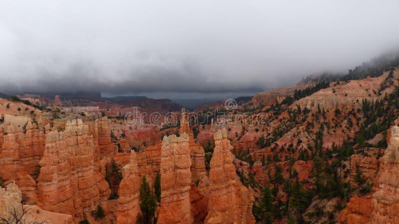 Torres de erosión de alcance roca para el cielo imagenes de archivo