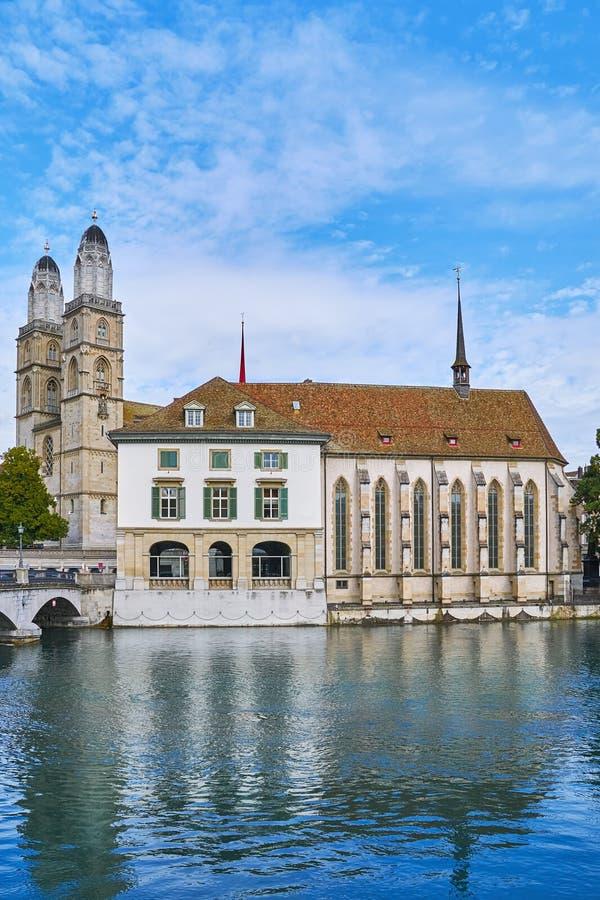 Torres de Grossmunster e de Wasserkirche imagem de stock