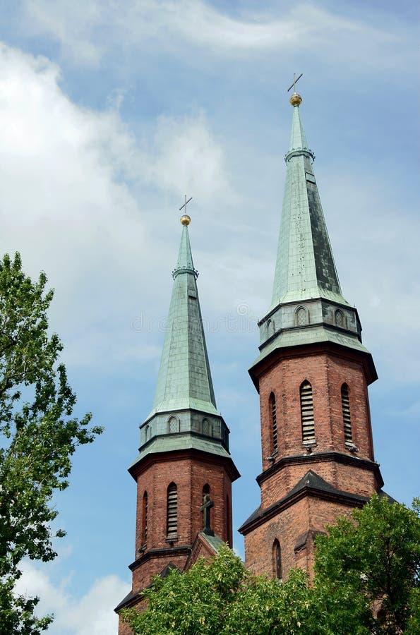 Torres de igreja góticos em Pruszkow imagens de stock