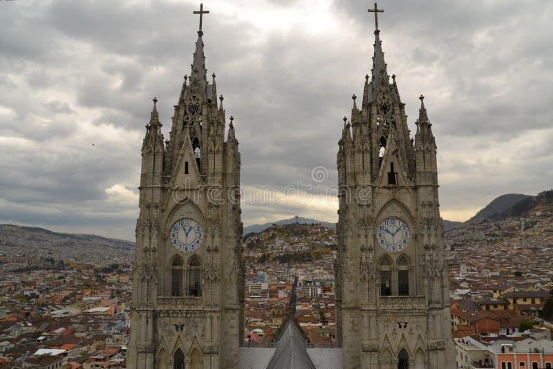 Torres de la basílica en Quito, Ecuador imagenes de archivo