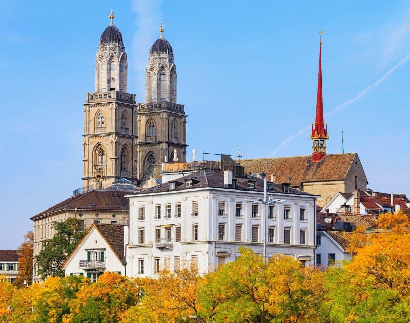 Torres de la catedral de Grossmunster en Zurich, Suiza fotos de archivo libres de regalías