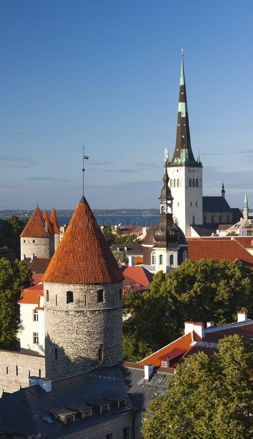 Torres de la ciudad vieja de Tallinn, Estonia imagen de archivo libre de regalías