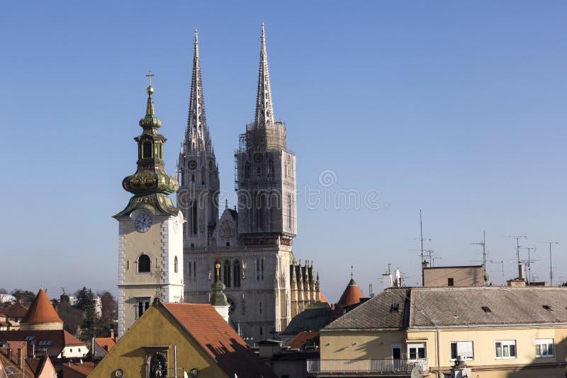 Torres de la iglesia de la catedral en Zagreb, Croacia foto de archivo libre de regalías
