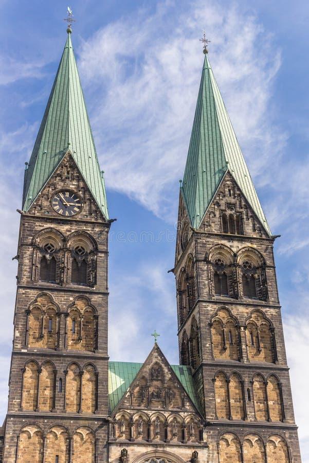 Torres de la iglesia histórica de los Dom en Bremen fotografía de archivo