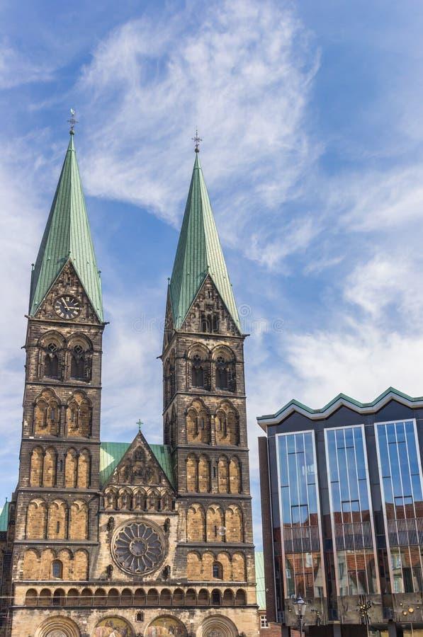Torres de la iglesia histórica de los Dom en Bremen imagen de archivo