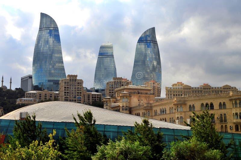 Torres de la llama y ciudad de Baku fotos de archivo