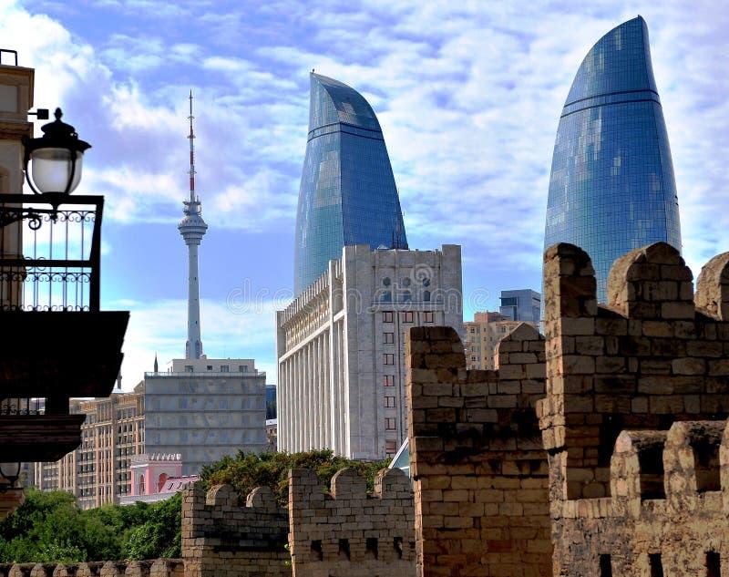 Torres de la llama y ciudad vieja de Baku imagenes de archivo
