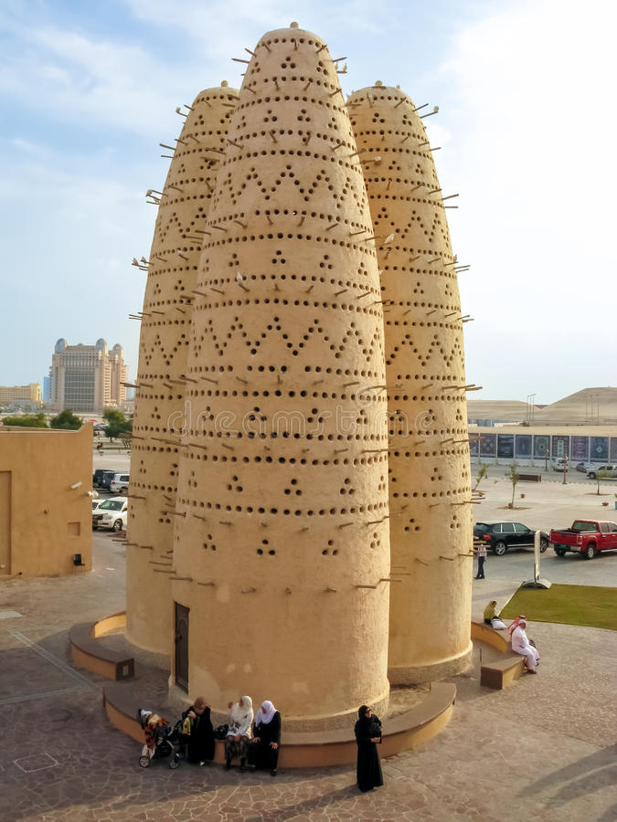 Torres de la paloma en el pueblo cultural, Doha, Qatar imagen de archivo libre de regalías