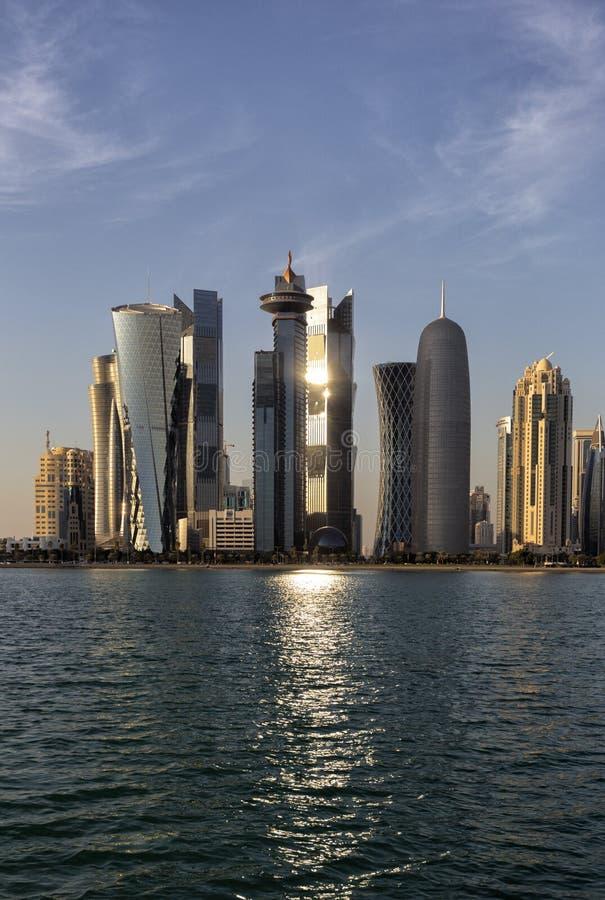Torres de la puesta del sol de Doha imágenes de archivo libres de regalías