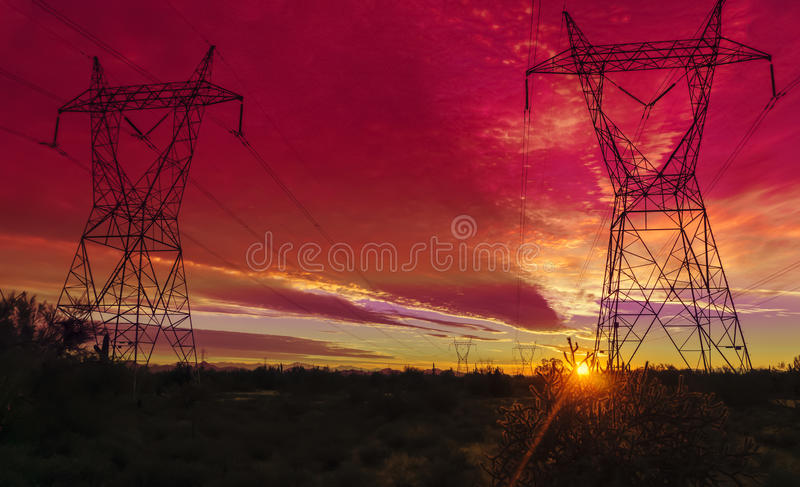 Torres de la transmisión de la corriente eléctrica imagen de archivo