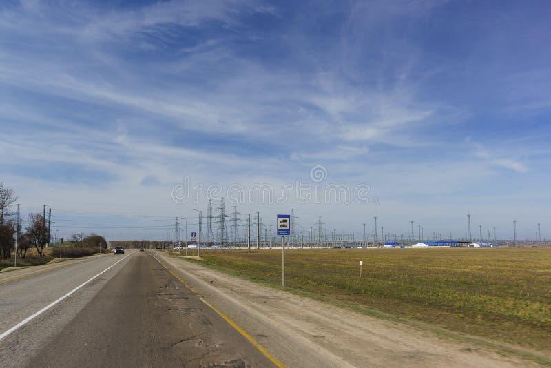 Torres de la transmisión y subestación del transformador para proporcionar la infraestructura del puente crimeo y de la Crimea en imagen de archivo