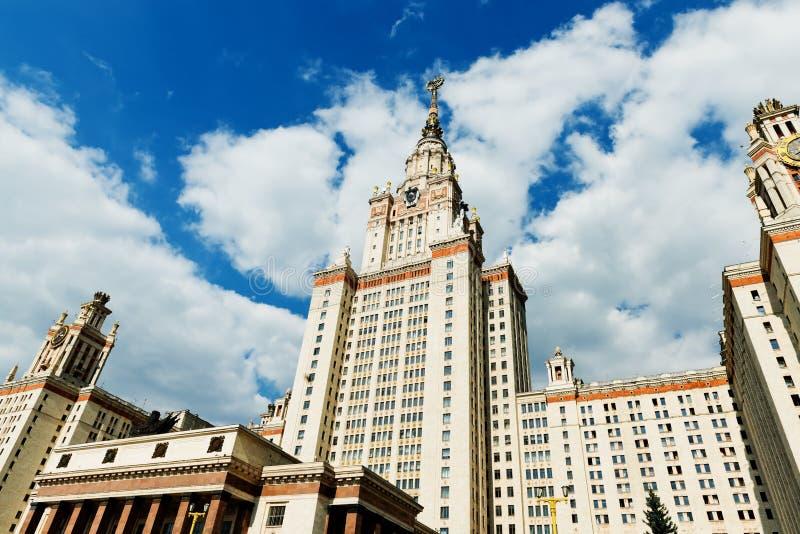 Torres de la universidad de estado de Moscú fotos de archivo