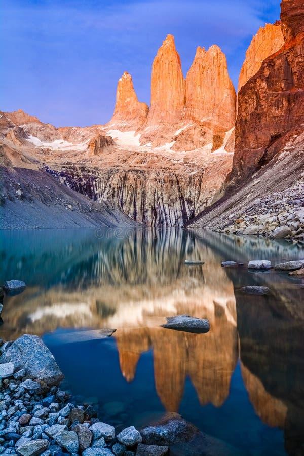 Torres de Laguna avec les tours au coucher du soleil, parc national de Torres del Paine, Patagonia, Chili photo libre de droits