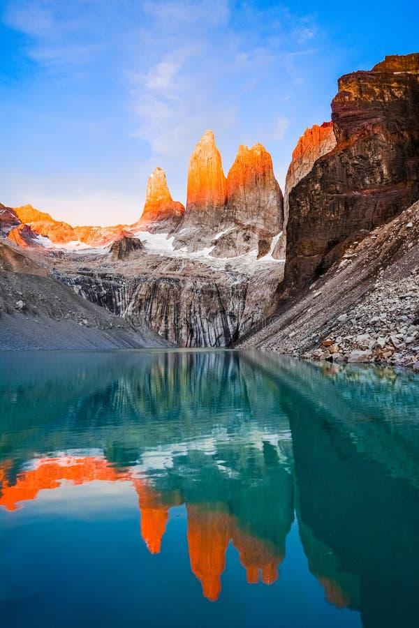 Torres de Laguna avec les tours au coucher du soleil, parc national de Torres del Paine, Patagonia, Chili images stock