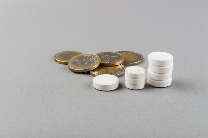Torres de las píldoras - levantamiento de tomar píldoras Concepto MÉDICO fotografía de archivo libre de regalías