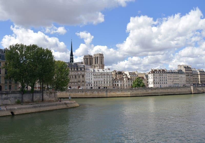 Torres de Notre Dame e pináculo de uma ponte de Seine River, Pont Louis Philippe Paris, França, o 10 de agosto de 2018 foto de stock