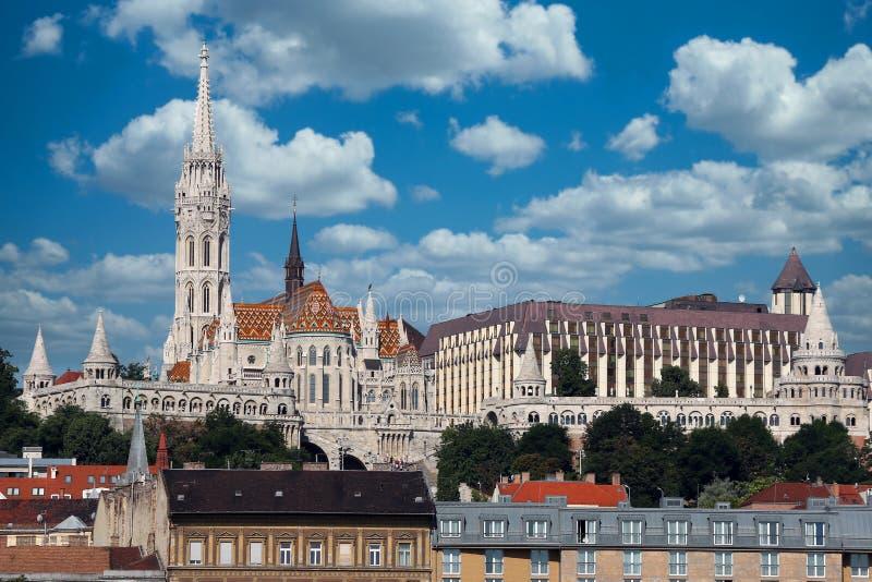 Torres de pescadores e igreja de Matthias em Budapeste foto de stock royalty free