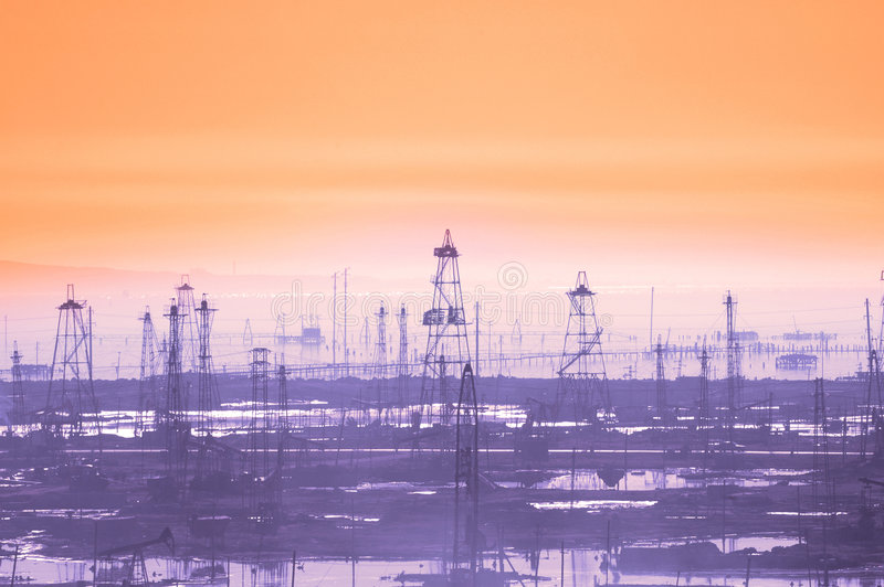 Torres de petróleo no amanhecer foto de stock royalty free