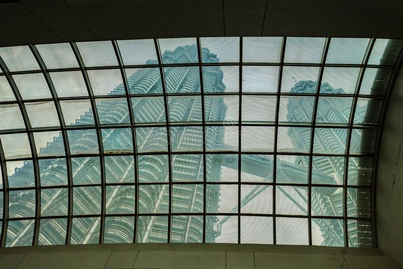Torres de Petronas de debajo fotografía de archivo libre de regalías