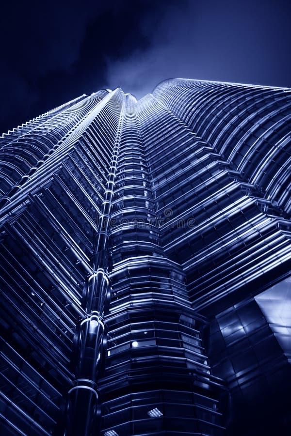 Torres de Petronas en la noche imagen de archivo