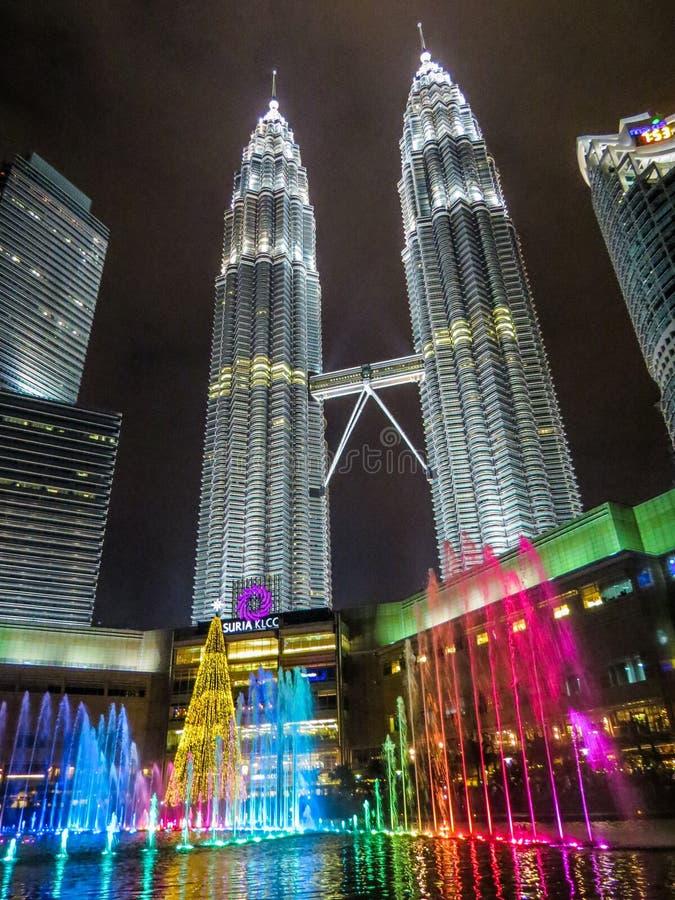 Torres de Petronas por noche imagen de archivo