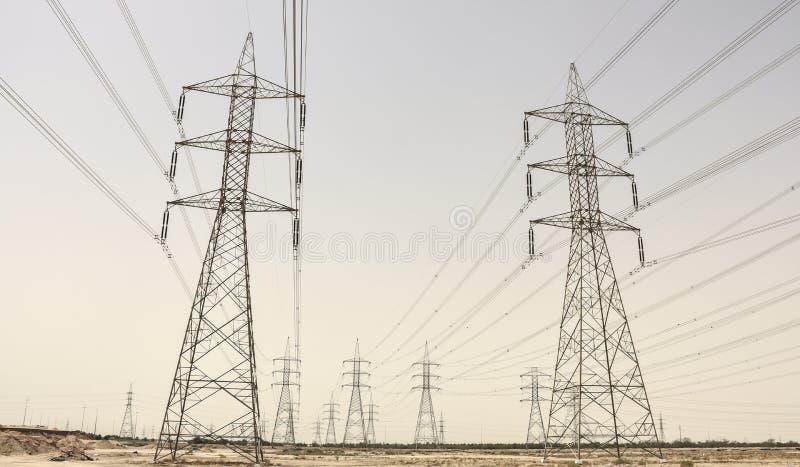 Torres de poder no deserto kuwait imagens de stock royalty free