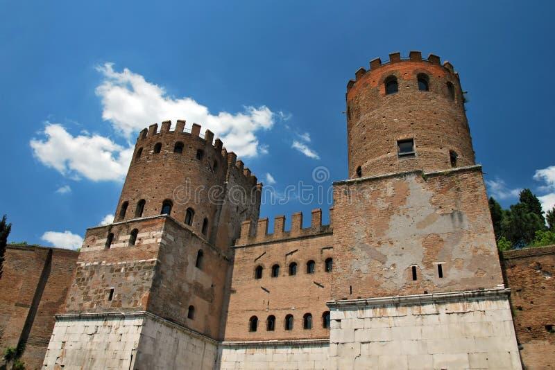 Torres de protector en las paredes de la ciudad de Roma foto de archivo