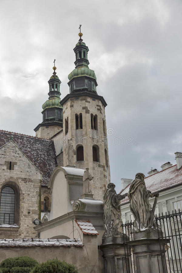 Torres de sino do St Andrew Church em Krakow, Polônia imagens de stock