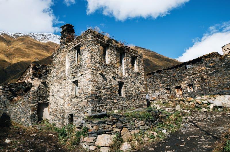 Torres de Svan y casa del machub con la losa, Ushguli, Svaneti, Georgia fotografía de archivo