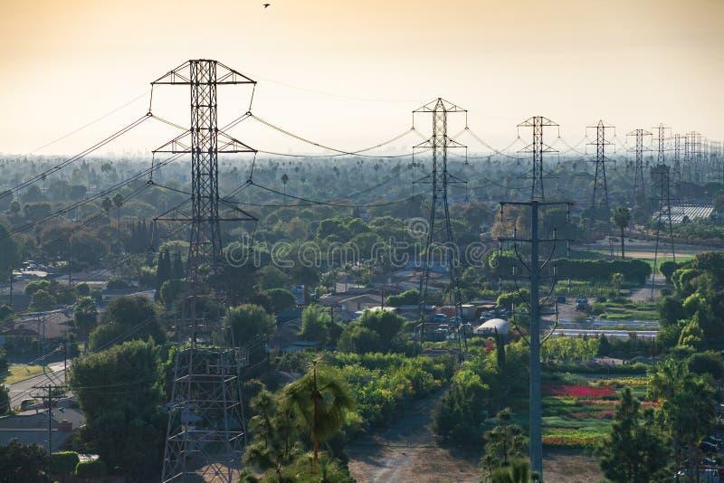 Torres de transporte de Anaheim entre árboles y jardines imagenes de archivo
