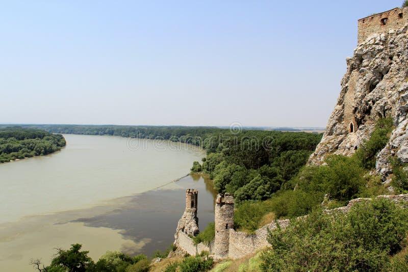 Torres del castillo de Devin, vista a Danubio. Eslovaquia fotos de archivo