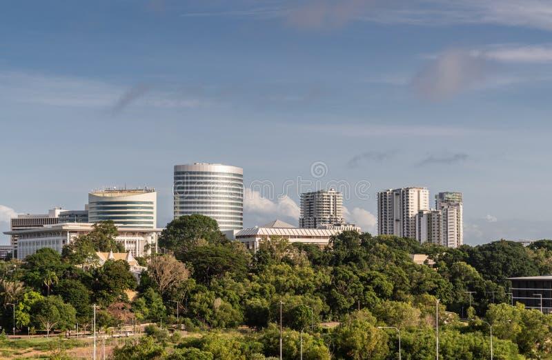 Torres del lado sur del centro de la ciudad detrás de la zona verde, Darwin Australia imagenes de archivo