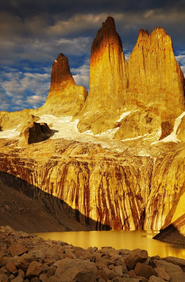 Torres del paine bij zonsopgang stock afbeelding
