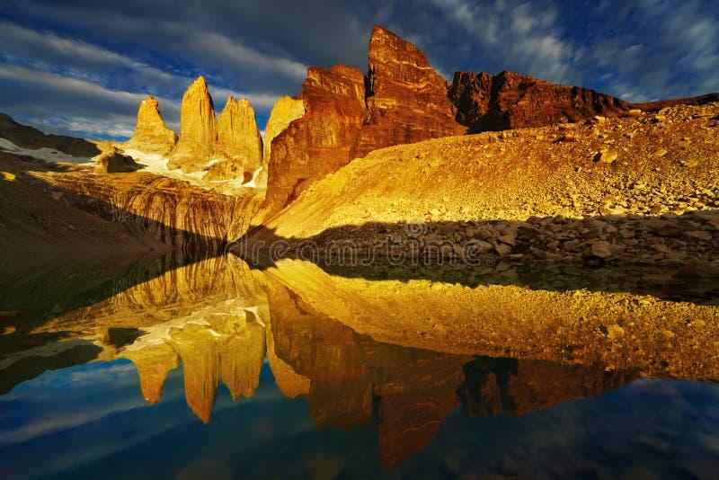 Torres del Paine en la salida del sol foto de archivo libre de regalías