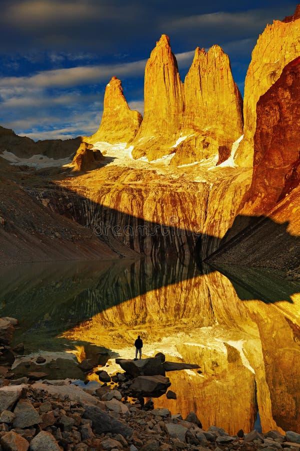Torres del Paine en la salida del sol foto de archivo