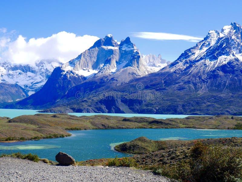 Torres del Paine en la sol fotografía de archivo