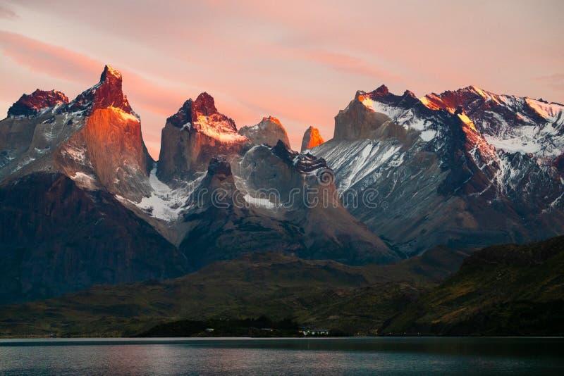 Torres del Paine National park bij zonsopgang royalty-vrije stock afbeeldingen