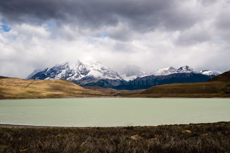 Torres del Paine National Park, Patagonië, Chili Het Turkooise Meer Pehoe en Majestic Cuernos del Paine royalty-vrije stock afbeelding