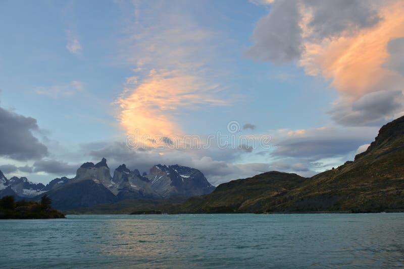 Torres del Paine no por do sol, o Chile fotos de stock