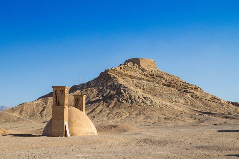Torres del silencio en Yazd, Irán, en el medio del desierto También conocido como Dakhma, estas torres fueron utilizadas por los  imagen de archivo libre de regalías