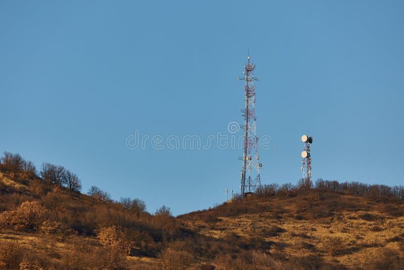 Torres del transmisor en una colina imagen de archivo libre de regalías