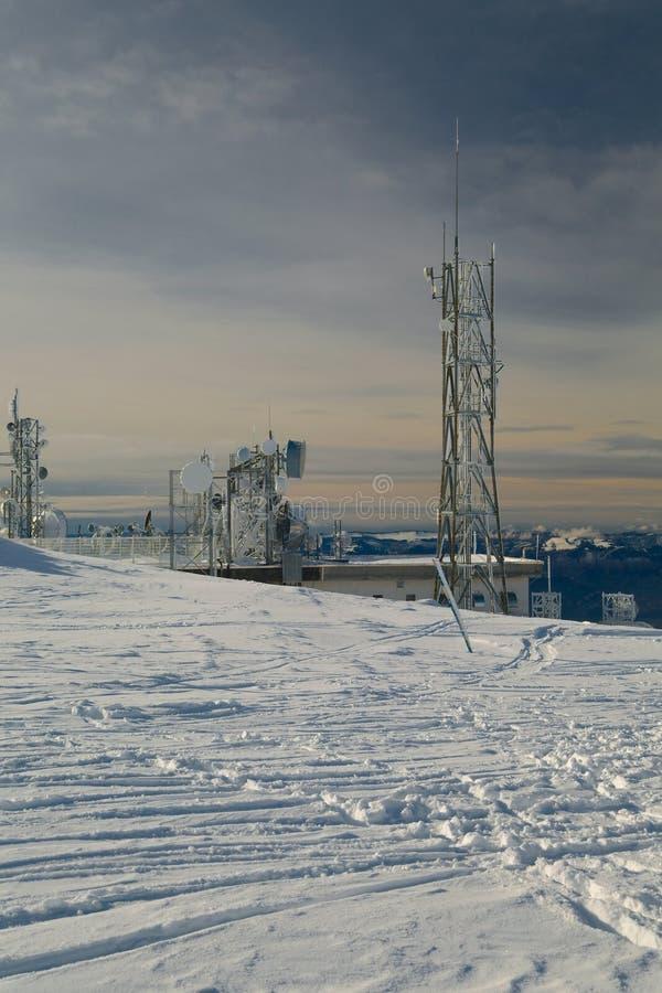 Torres del transmisor en una colina en invierno imagen de archivo