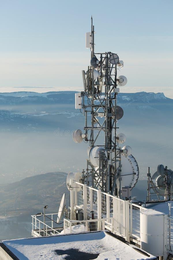 Torres del transmisor en una colina en invierno fotografía de archivo